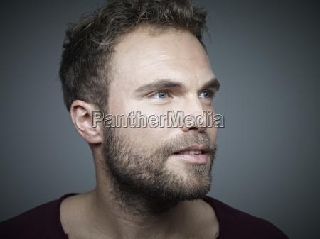 portraet eines selbstbewussten jungen mannes