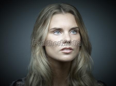 portraet af serios leder ung kvinde