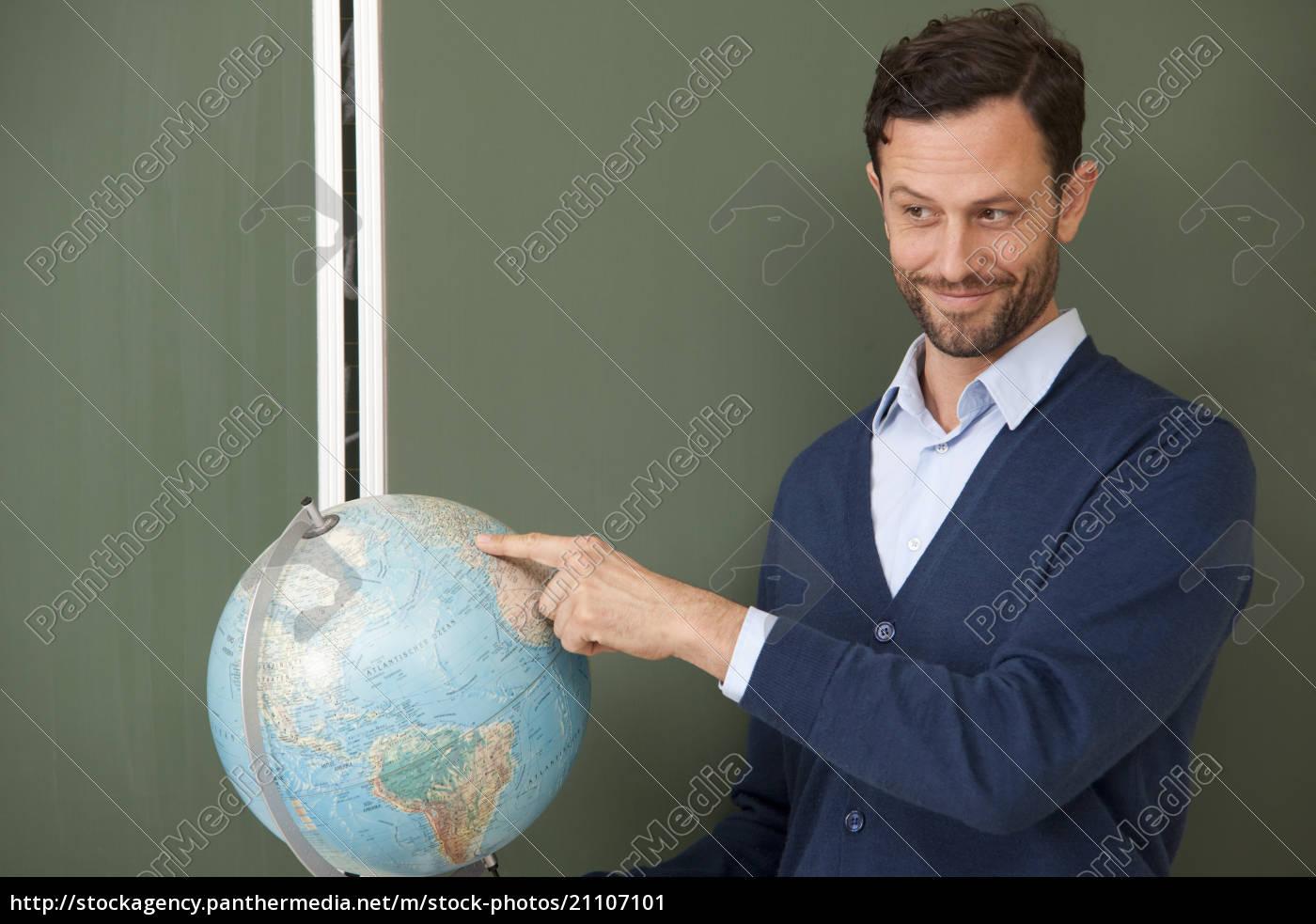lehrer, zeigt, auf, globus, im, klassenzimmer - 21107101