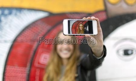 selfie, von, lächelnden, teenager-mädchen, auf, anzeige - 21107313