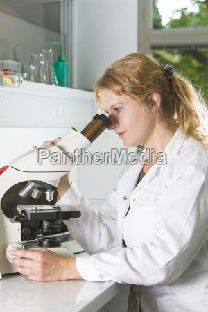deutschlandmuenchenmedizinischer laborwissenschaftler im labor