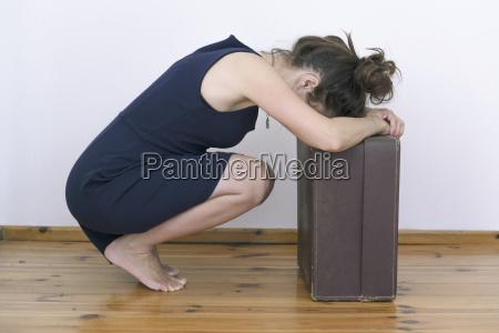 frustrierte frau mit koffer