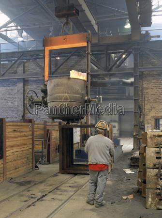 germania uomo al lavoro in fonderia
