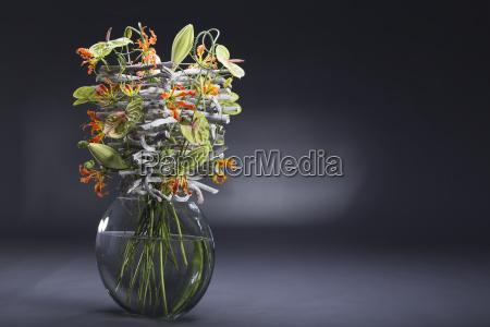 blumenanordnung aus steinholz allium sativum anthurium
