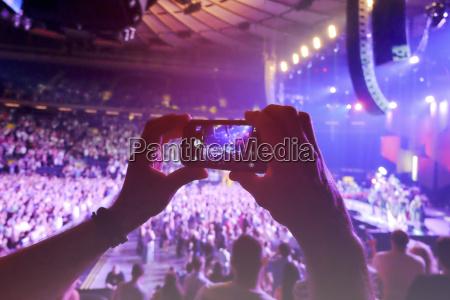 hands mit smartphone filmkonzert