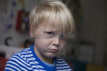 portraet des wuetenden kleinen jungen