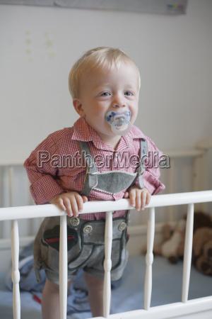 kleinkind mit pazifiehals in seinem babybett
