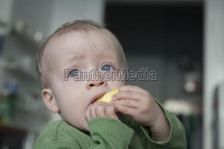 portraet des kleinen jungen der apfel