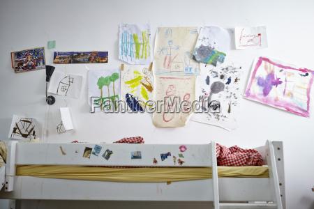 kinderzeichnungen an wand ueber stockbett
