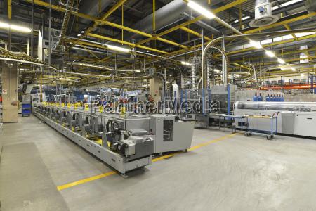 moderne industriemaschinen in einer druckerei