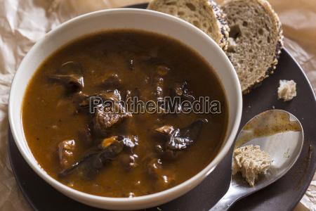 schuessel gulaschsuppe mit wilden pilzen und
