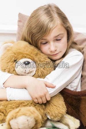 trauriges kleines maedchen das mit ihrem