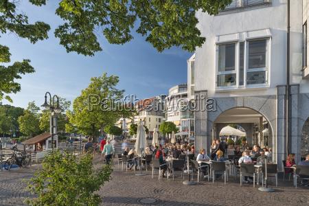 deutschland baden wuerttemberg friedrichshafen menschen in