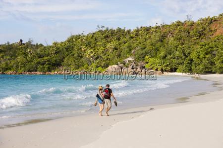 seychellen praslin touristen am strand anse