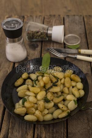 gnocchi mit butter und salbei in