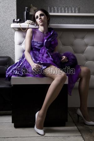 enttaeuschte junge frau im purpurroten abendkleid
