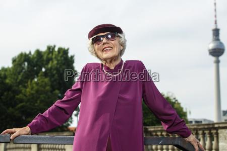 deutschland berlin portraet modische seniorinnen mit