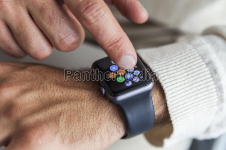 mann der smartwatch nahaufnahme verwendet