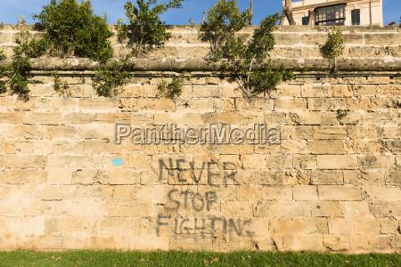 spanien palma de mallorca steinmauer besprueht