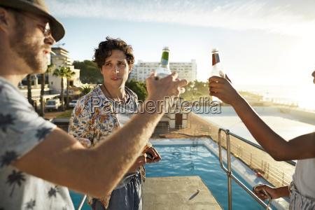 freunde die bier auf highboard eines