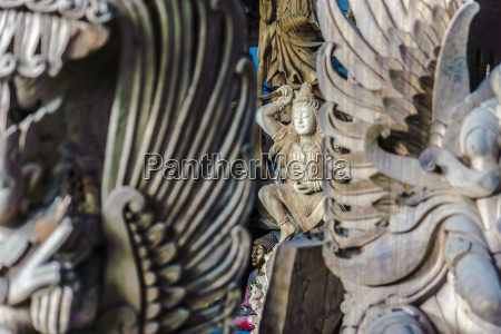 religion arbeitsstaette holz bali indonesien skulptur