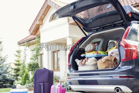 offener autostiefel fuer familienurlaub verpackt