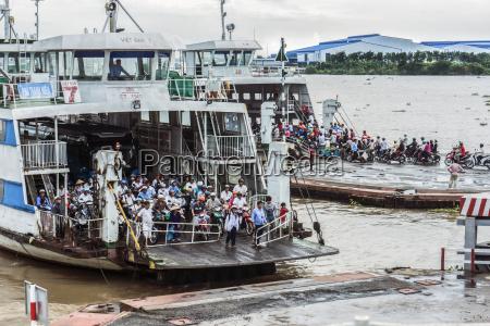 vietnam, an, giang, long, xuyen, menschenmenge, auf, zwei, fähren - 21134305