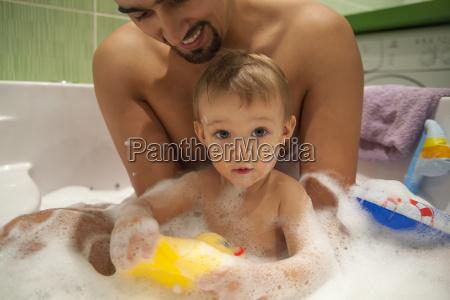 vater und sohn baden zusammen
