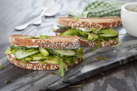 vollkornbrot mit avocado