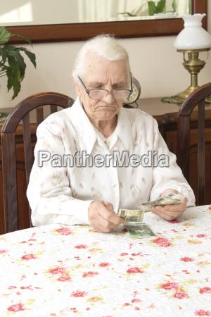 die alte frau zaehlt geld waehrend