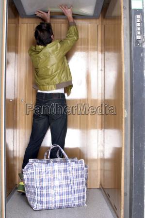 aufzug aufzugsanlage lift fahrstuhl stehend fotografie