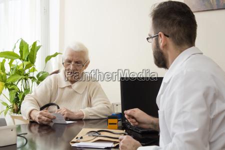 geriatrienarzt mit einem patienten in seinem