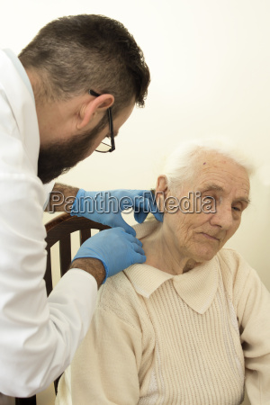 the doctor geriatrician during the test