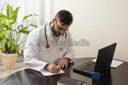 arzt mediziner medikus buero schreiben schreibend