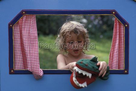 maedchen spielen mit krokodil handpuppe