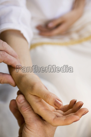 hand gefuehl frau puls