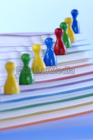 spielstuecke auf stapel papieren