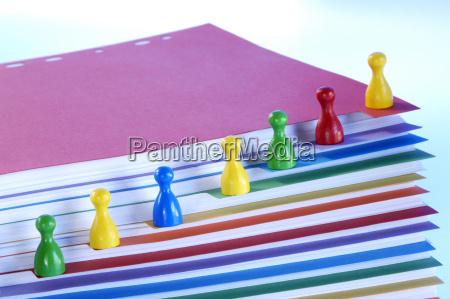 spielstuecke auf stapel von papieren