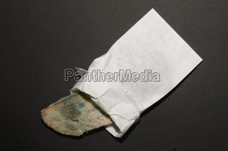 brotform in papiertuete schliessen