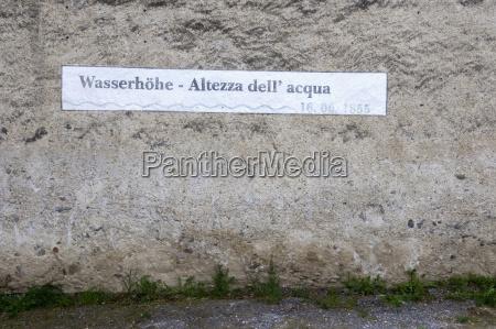 italien suedtirol wasserstandsschild an hausfront nahaufnahme
