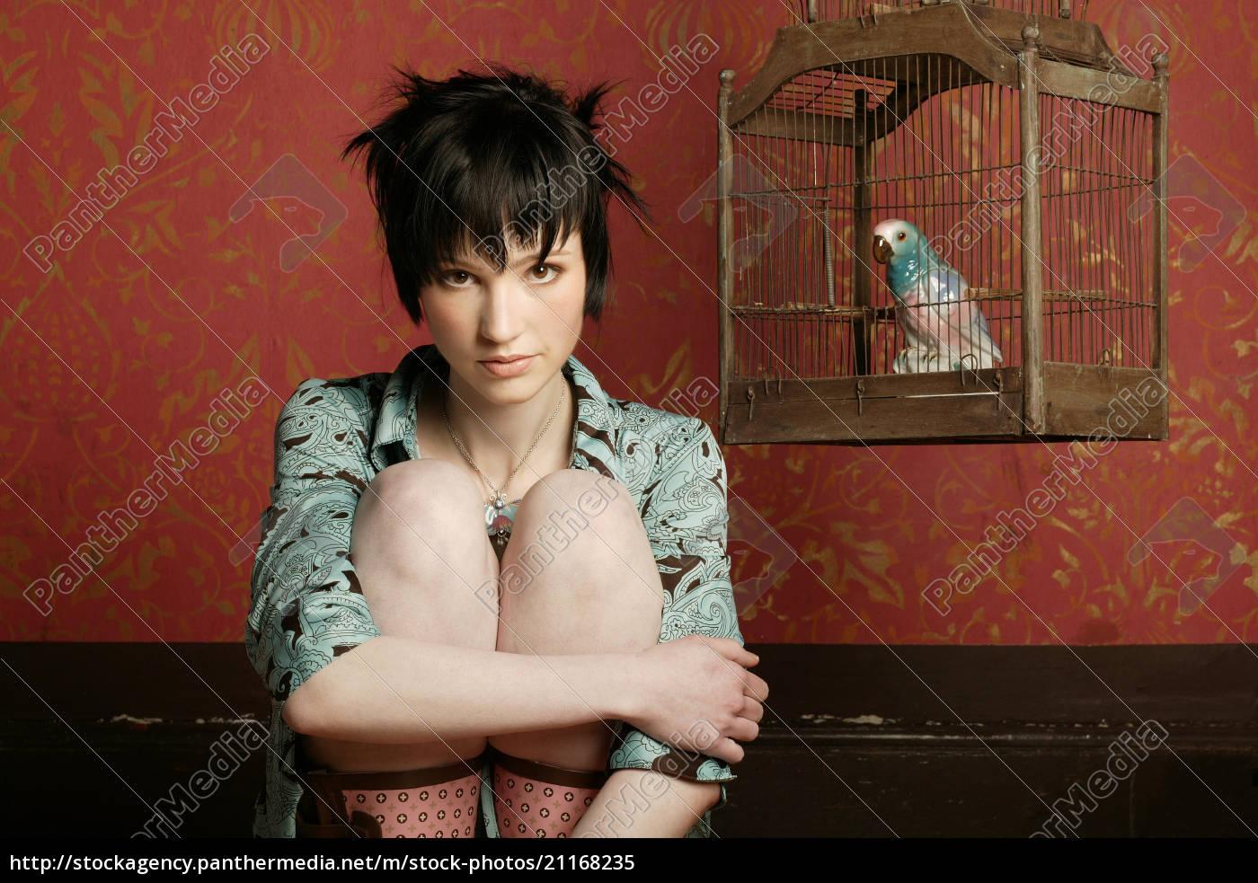 junge, frau, vom, papagei, im, käfig, porträt, retrostil - 21168235