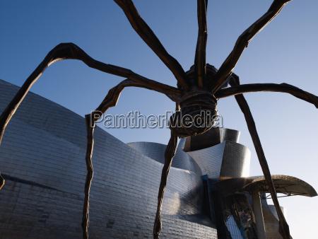 spanien, baskenland, bilbao, ansicht, des, guggenheim-museums, bilbao, mit, spinnenskulptur - 21168329