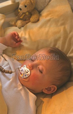 baby 2 5 monate schlafend nahaufnahme