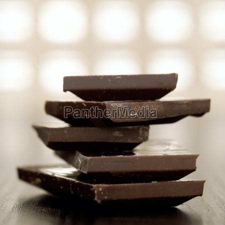 dunkle, schokoladenstücke, gestapelt, nahaufnahme - 21169237