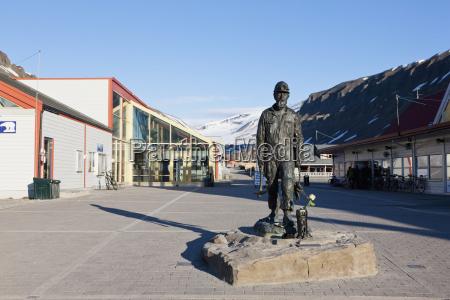 europe norway spitsbergen svalbard longyearbyen statue