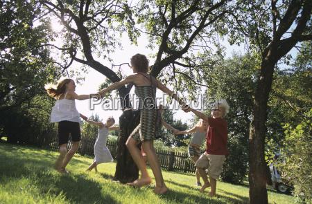 i bambini che ballano intorno ad