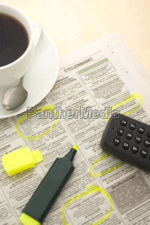 tasse kaffee zeitung und marker erhoehte
