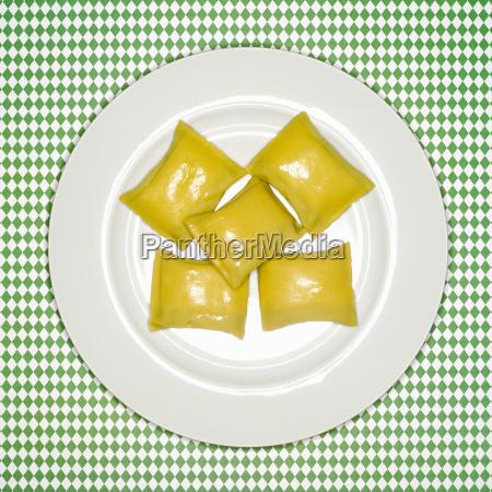 ungekochte schwaebische taschen auf platte erhoehte