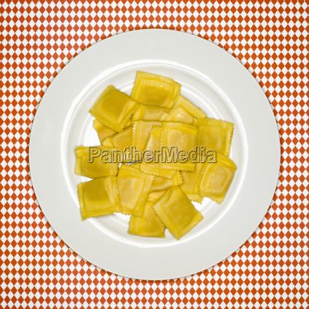 ungekochte ravioli auf teller erhoehte ansicht
