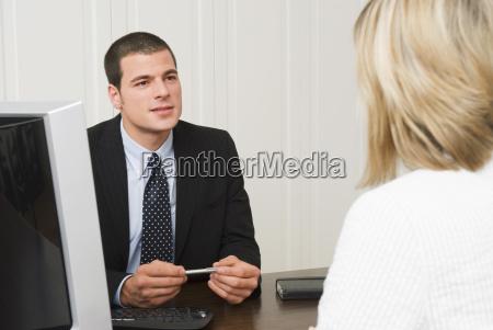 bankvertreter im gespraech mit dem kunden